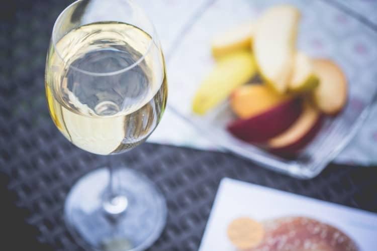 kieliszek białego wina australijskiego